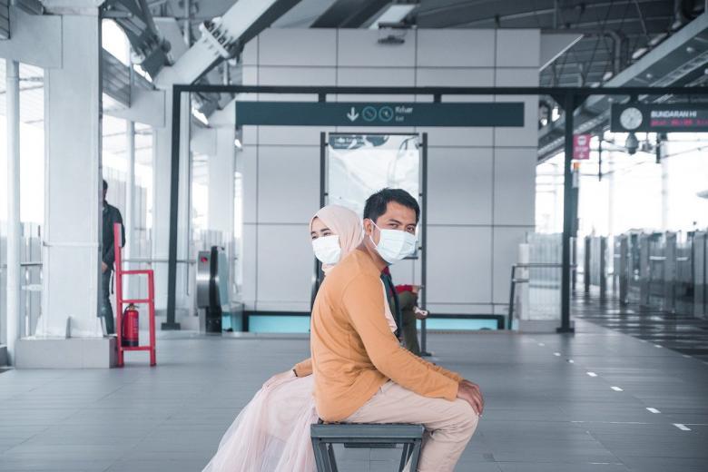 Ταξιδιώτες με μάσκα στο αεροδρόμιο λόγω κορονοϊού / Πηγή: Pixabay