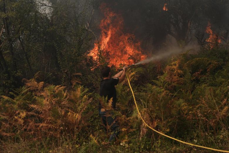 Σε κρίσιμη κατάσταση στη ΜΕΘ οι δύο εθελοντές πυροσβέστες